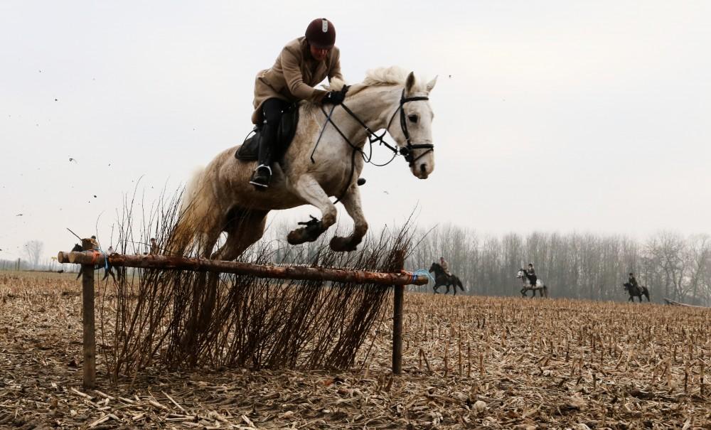 Ruiter en paard van jachtclub Equus nemen een hindernis langs de Uilhoek