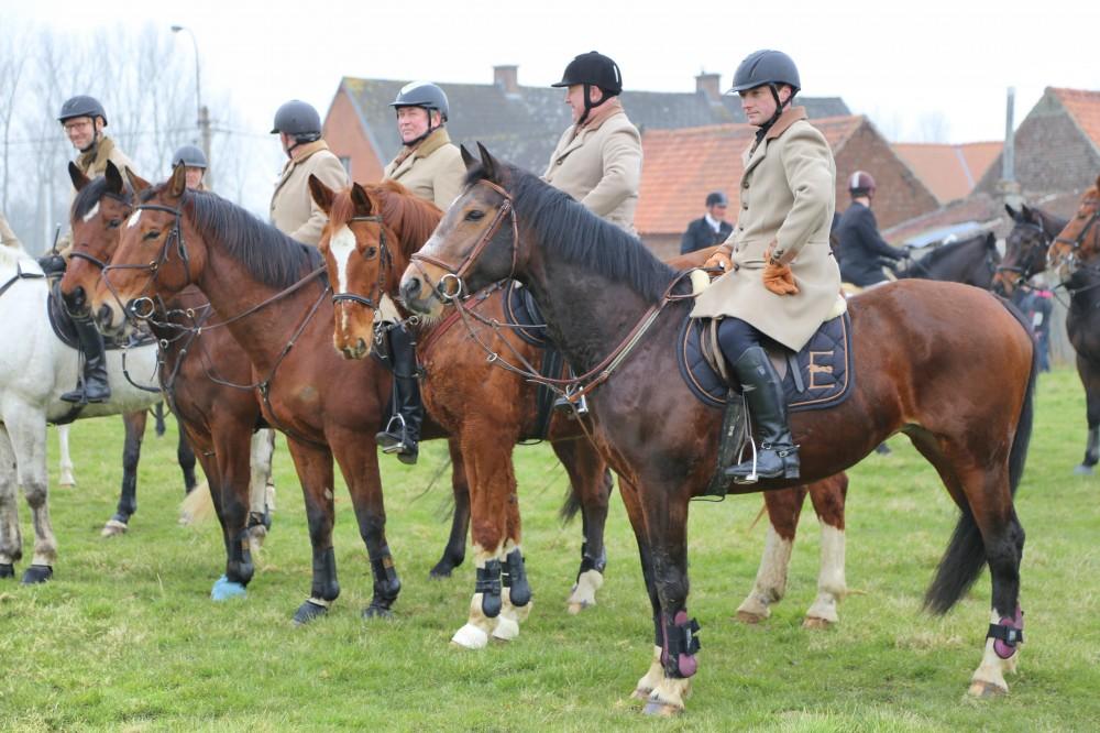 de ruiters van Equus, vlak voor hun vertrek door de kouters van ons dorp