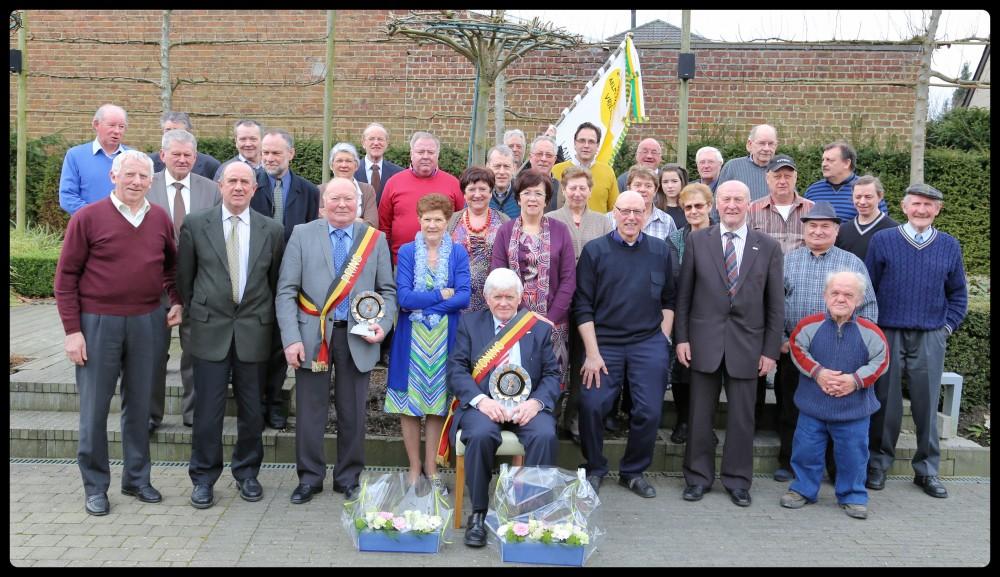 de groepsfoto van de Aelmoesenijevrienden bij hun koningsviering op 17 maart 2013