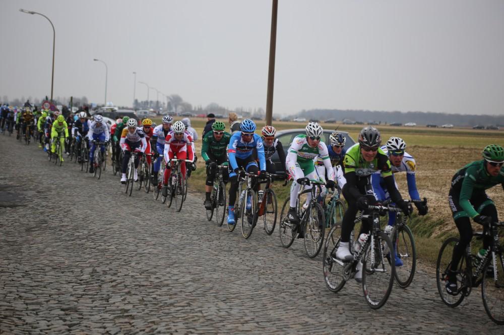 De kasseibaan Lange Munte in Scheldewindeke, hier bij de finale van de Omloop, wordt aangepakt
