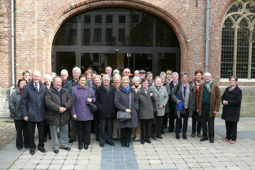 NEOS Oosterzele bezoekt het Lam Gods, met als 4e van rechts Prof. dr. Anne van Grevenstein-Kruse