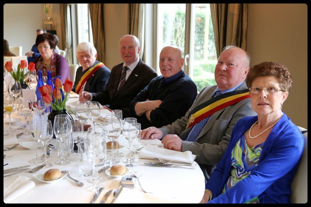 aan tafel met het prinsenpaar (Raf Glorieus en echtgenote), padre Renaat en voorzitter Antoine Heyerick en het koningspaar André Roegiers en echtgenote
