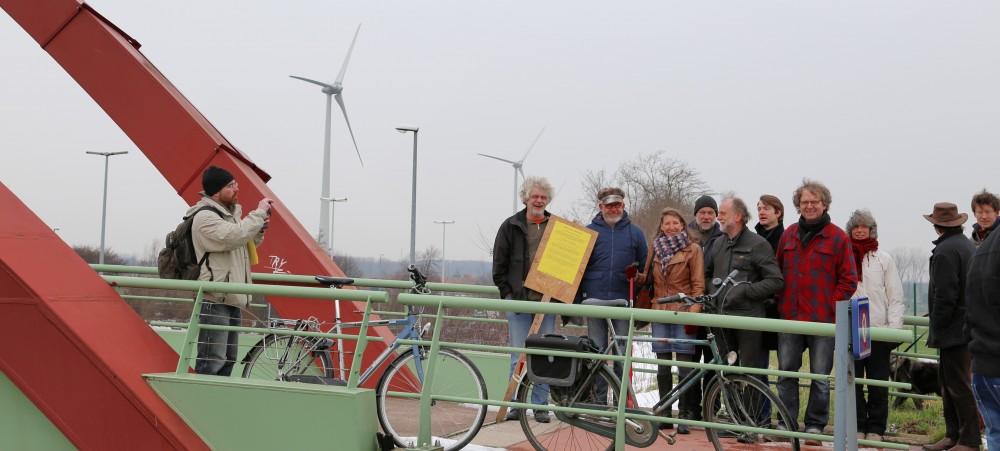Actie aan de fietsbrug over de E40