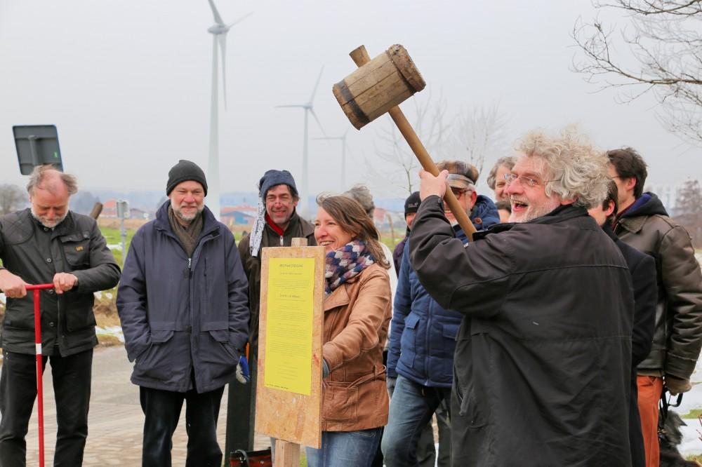 Jo Uyttendaele en Barbara Redant kondigen aan dat de wind voor iedereen is, aan de windmolens langs de E40
