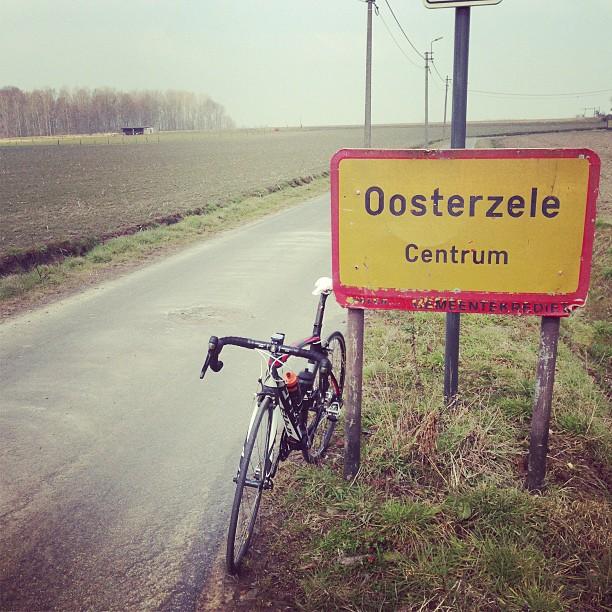 """de Engelse coureur Josh Cunningham vond bij zijn doortocht in Oosterzele maar weinig te doen in het """"centrum"""""""