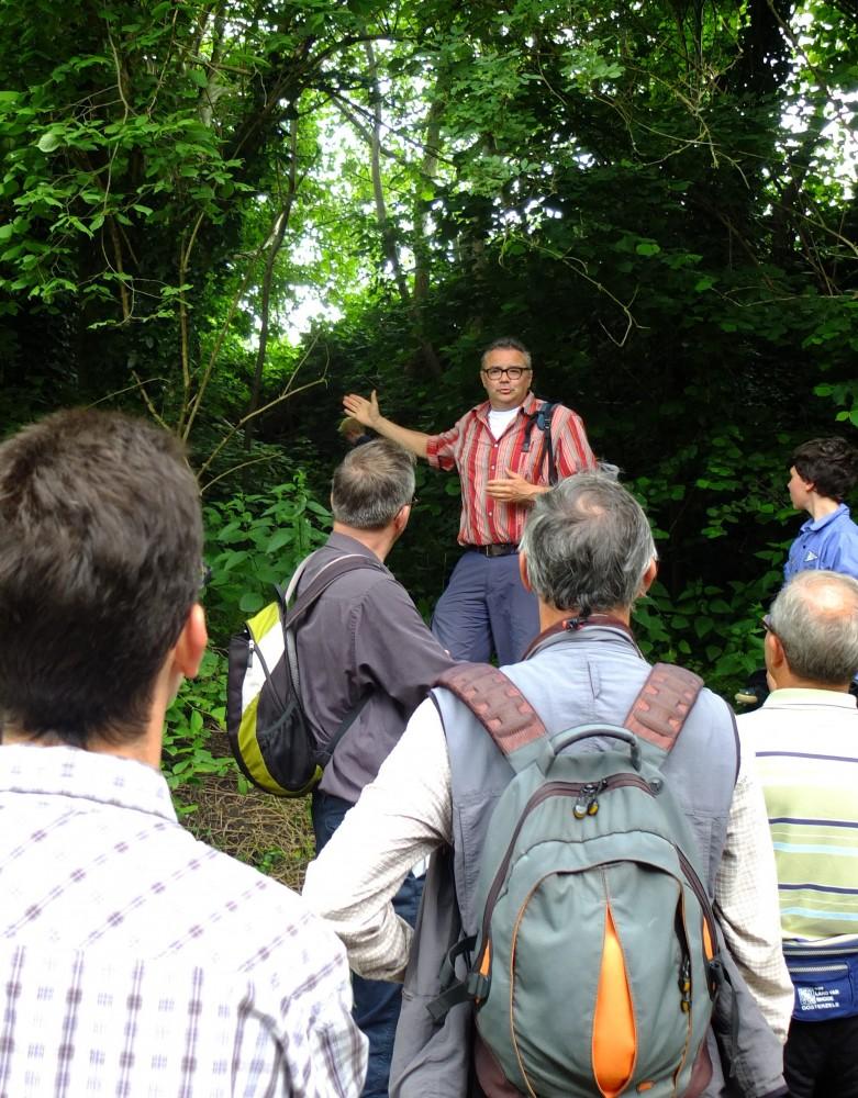 Frank Monsecour van de Werkgroep Trage Wegen Merelbeke geeft toelichting tijdens de wandeling (foto werkgroep)