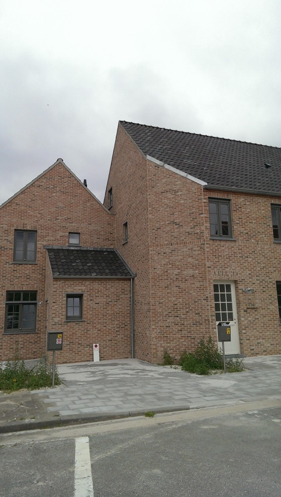 het nieuwe wooncomplex tussen het IJzeren Hekken en de school