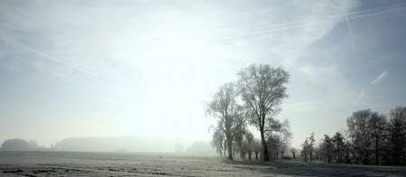 """""""Uitwaaierend licht breekt door na een felle sneeuwmorgen, ademloos valt frele stilte over Landskouter"""" (Renaat De Paepe)"""