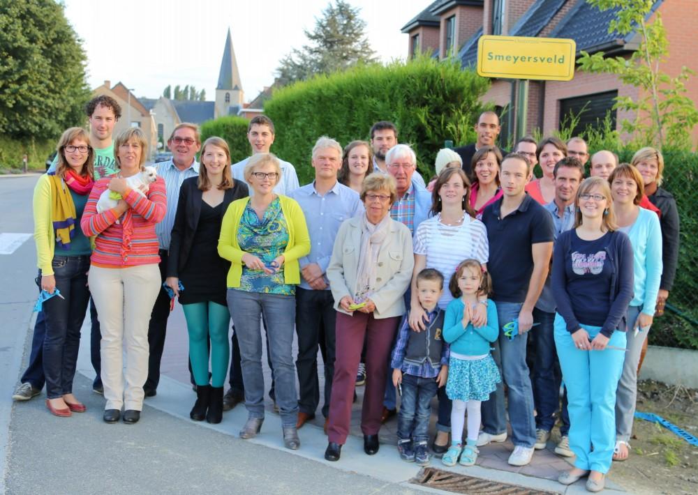 De inwoners van het Smeyersveld bij de officieuze opening van hun straat