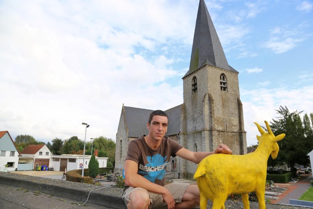 Christophe Steurbaut kijkt bedrukt maar vastberaden om zijn blauwe bok terug te vinden