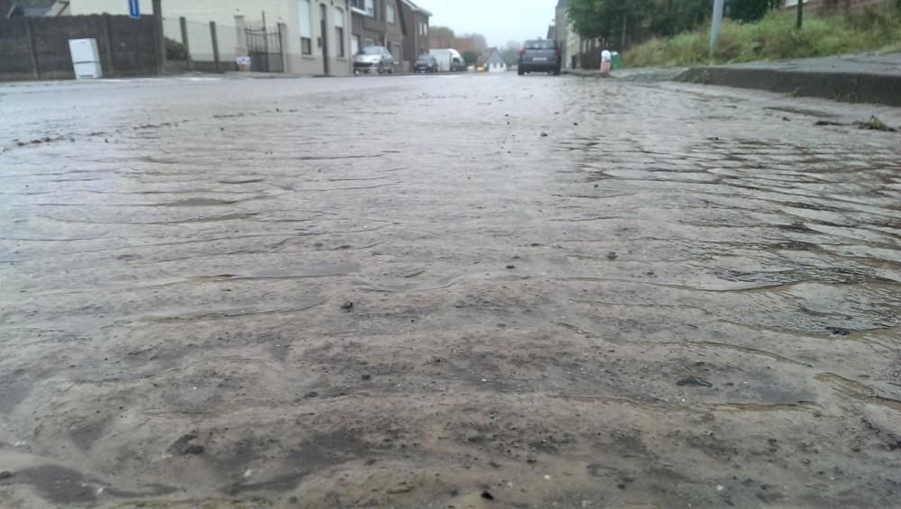 Daags nadien waren de sporen duidelijk zichtbaar en zag de onbereden baan er meer uit als een strand (Bakkerstraat)