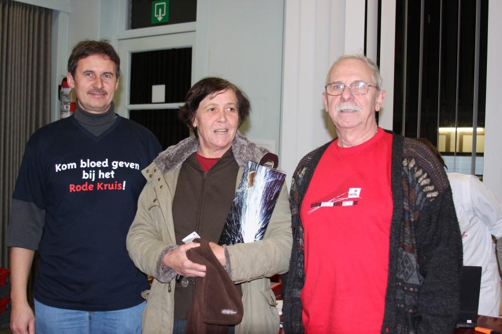 Voorzitter Roger (r) en zoon Rudy Bockstaele in 2009 bij de huldiging van donor Marijke Tondeleir