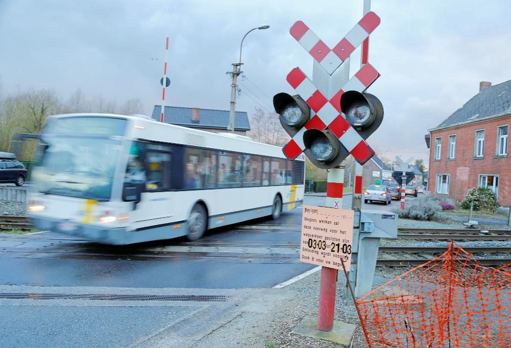 de spoorwegovergangen in Moortsele zijn in maart afgesloten en zorgen mogelijk voor meer verkeer via Landskouter