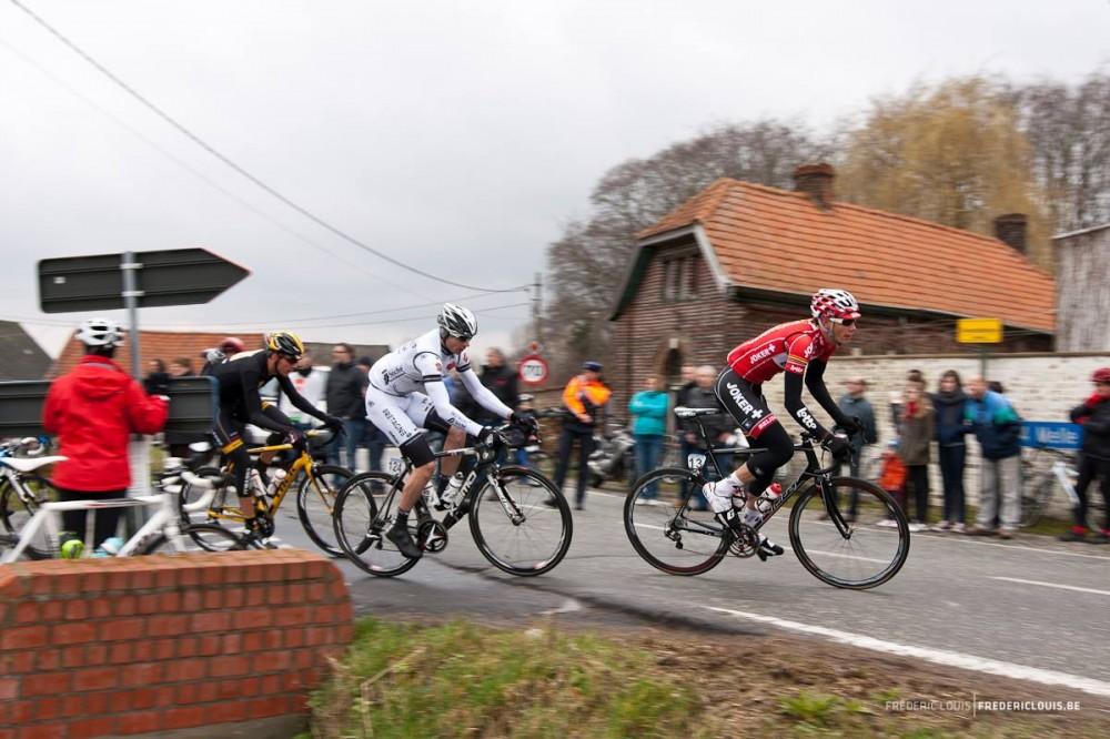 Renners komen boven op de Rooberg en draaien de Geraardsbergsesteenweg op richting Oosterzele (foto Fréderic Louis)