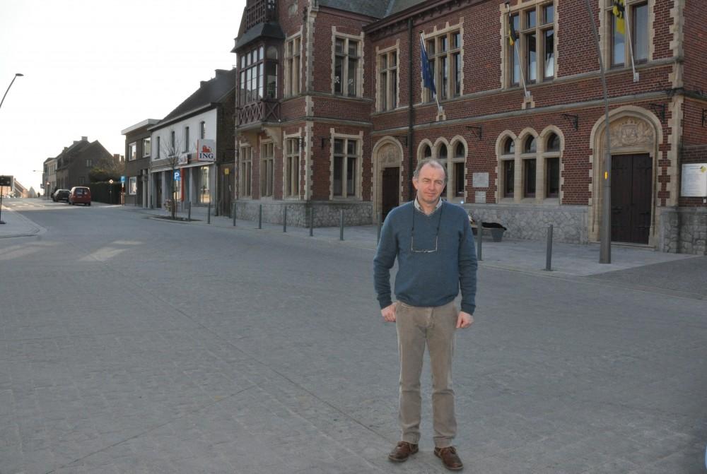 Christ Meuleman, schepen van openbare werken, op het nieuw verkeersplateau aan het gemeentehuis
