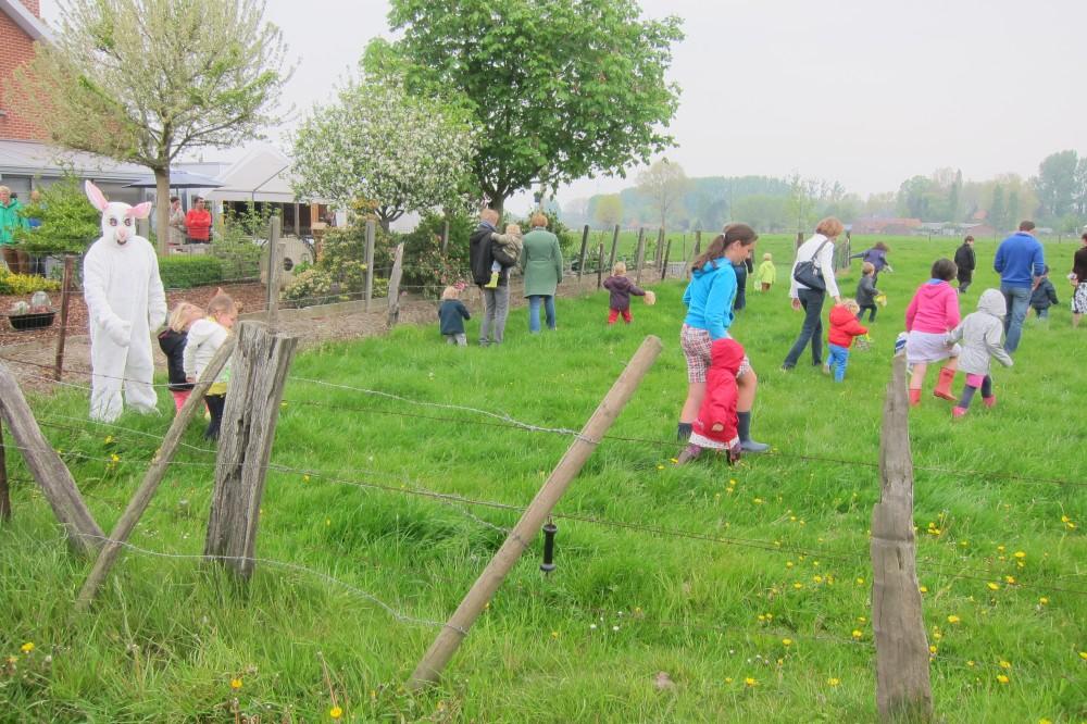 Kinderen en ouders gaan de wei op - de zoektocht naar paaseieren is begonnen