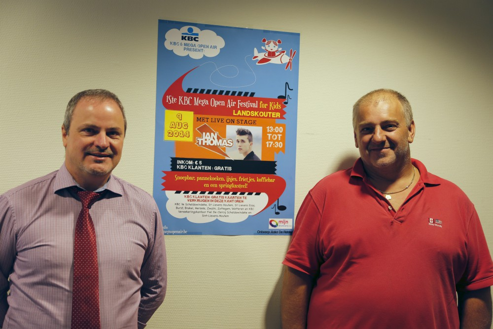 KBC Kantoordirecteur Wim Van Neyghem (l) met Mega Open Air organisator Filip Claus