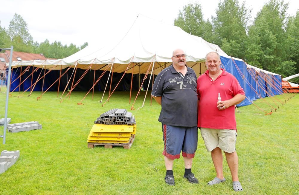 Mega Open Air bestuursleden Dirk Lampaert (l) en Filip Claus op het festivalterrein