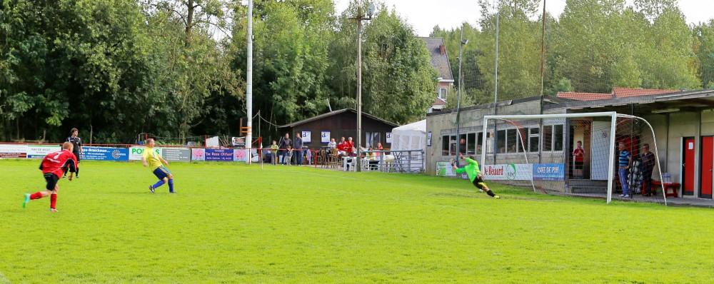Een van de vijf goalen voor de rust was deze betwistbare penalty omgezet door Overmere