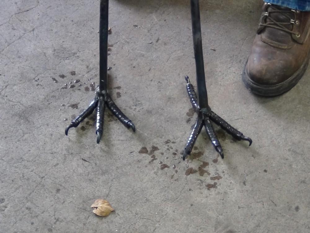 De twee poten met elk 4 tenen en klauwen