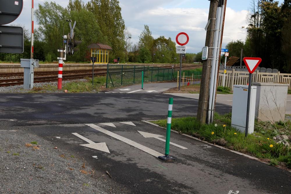 het fietspad langs de spoorweg aan station Balegem Zuid, waar het Walzegem kruist