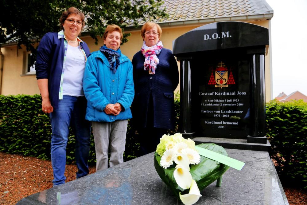 bloemen op het graf van Kardinaal Joos als erkenning met (vlnr) secretaris Nancy Cooreman, ex-secretaris Annie De Vos en ex-voorzitter Erna Tondeleir