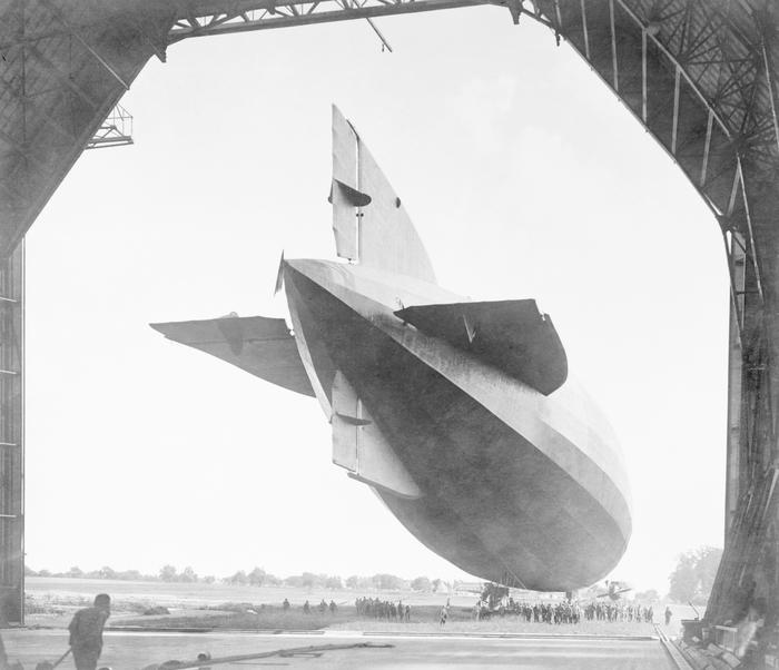 Zeppelin verlaat hangar