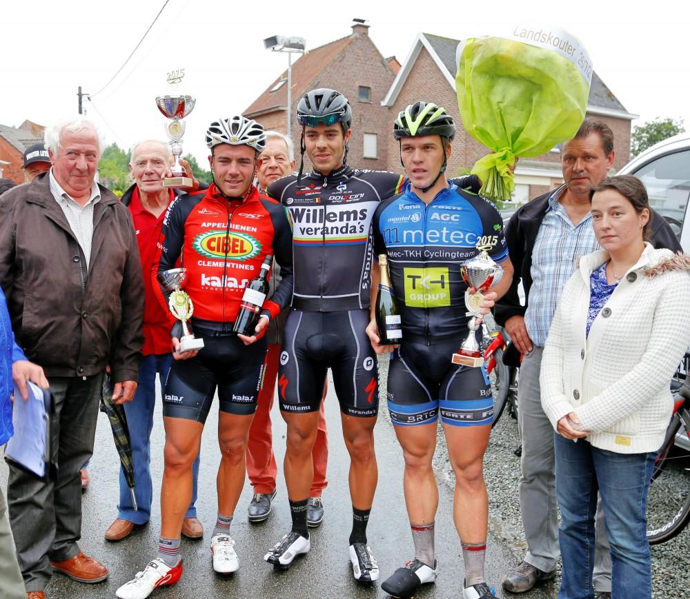 Het podium van Landskouter koers 2015 met winnaar Elias Van Breussegem, rechts tweede Wouter Leten en links derde Jori Van Steenberghen