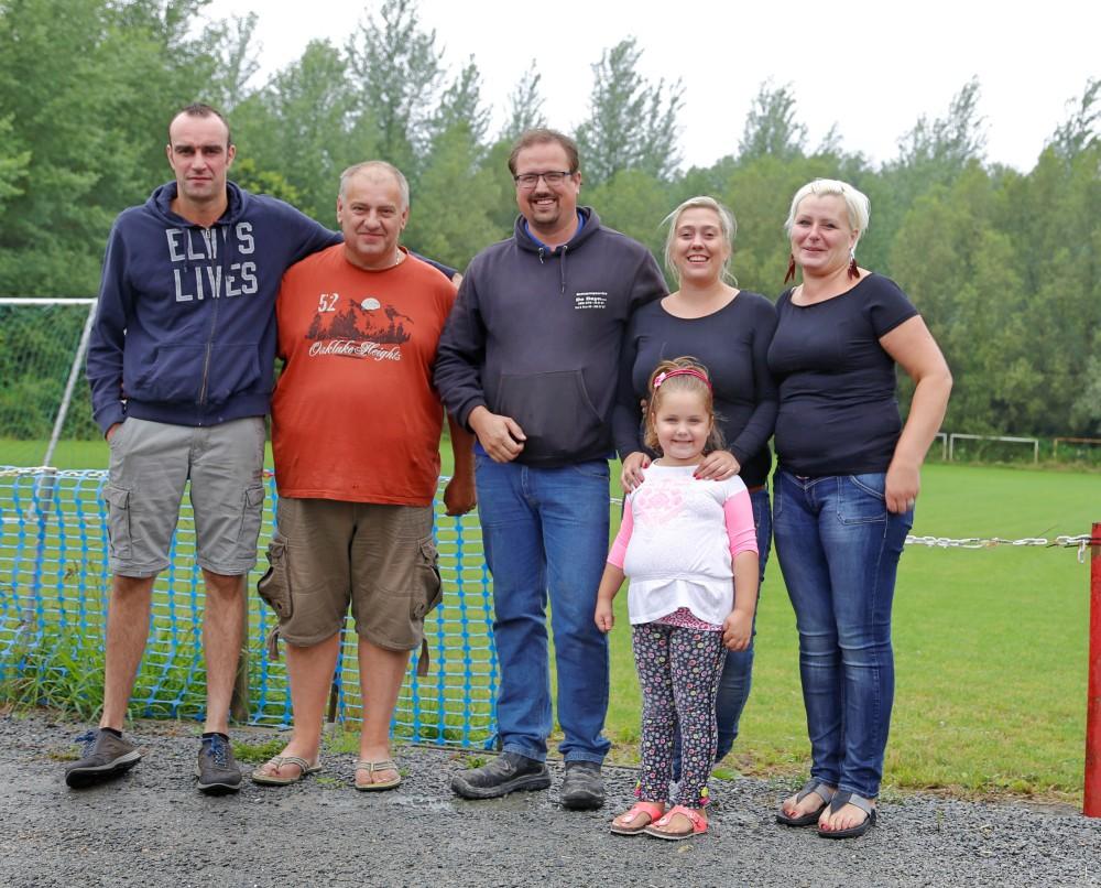 Filip Claus (2e van links) met Steven (Frietkuip Gontrode, links), XXX, Elsie De Wilde, vrouw en dochter