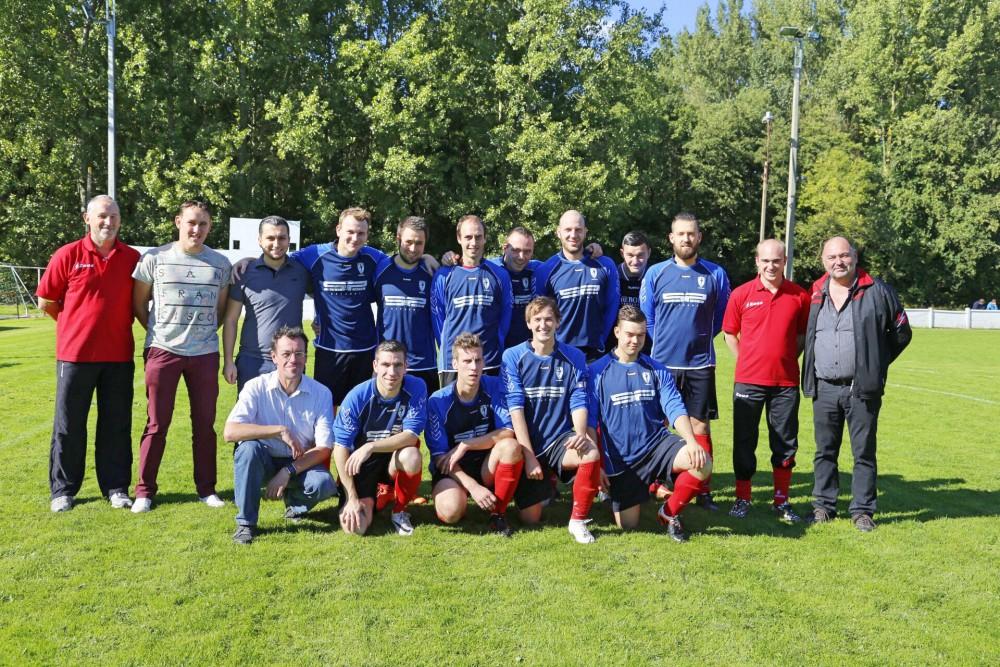 SK Landskouter seizoen 2015-2016, bij de aanvang van de wedstrijd tegen VS Destelbergen op 27 september 2015. Spelers uitzonderlijk in blauwe truitjes.