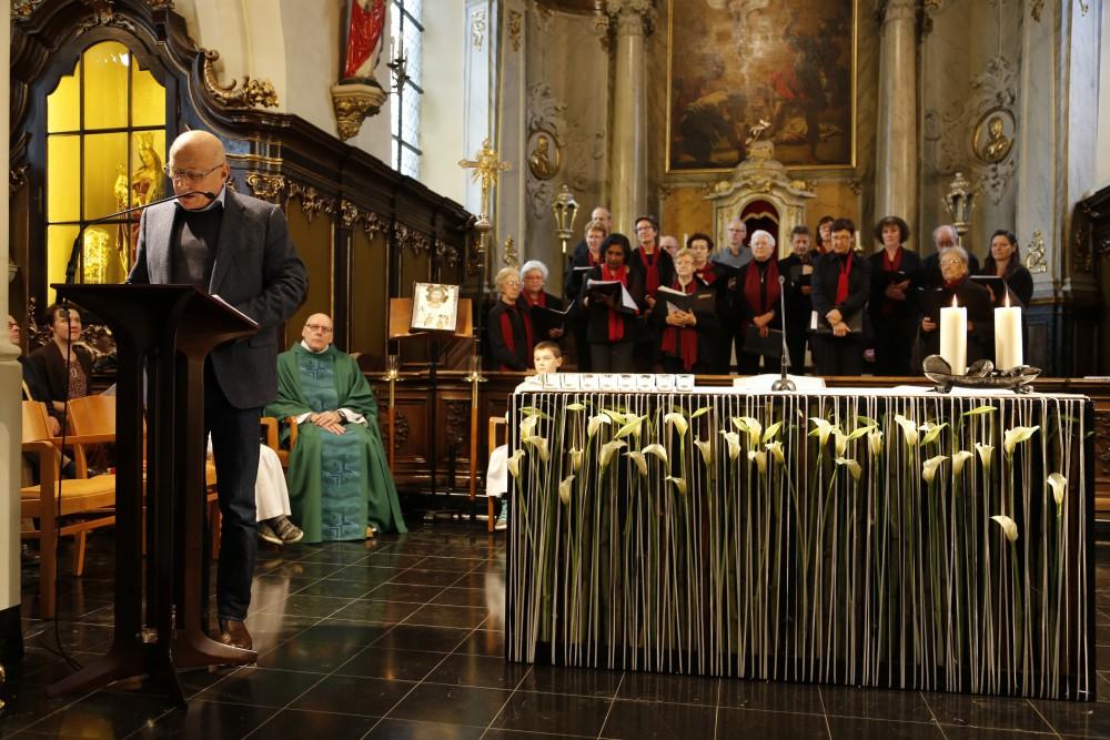 Lector Wim De Vis richt een dankwoord aan Padre Renaat bij de aanvang van de zondagsmis