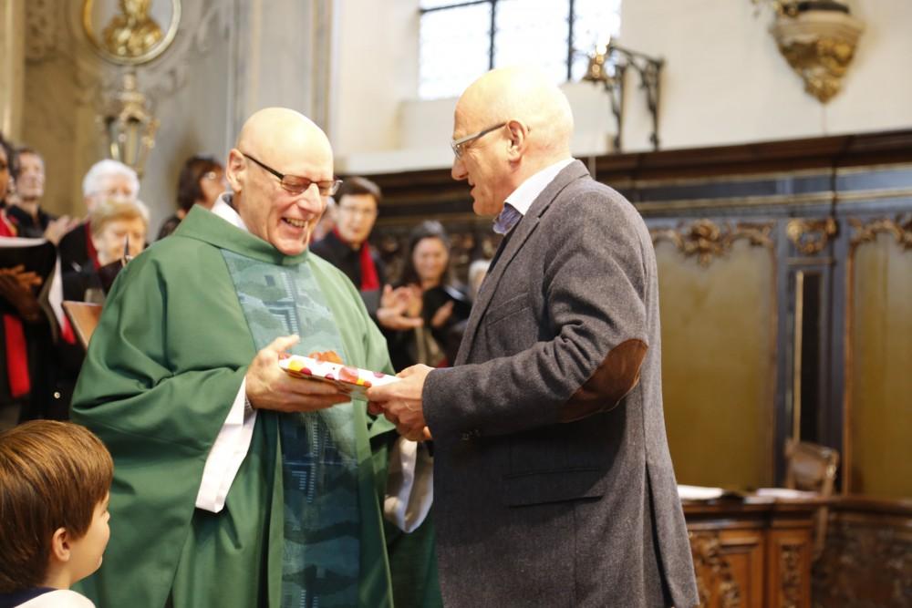 """Wim De Vis overhandigt een cadeau aan Padre Renaat - het boek """"Geloven in Gent"""""""