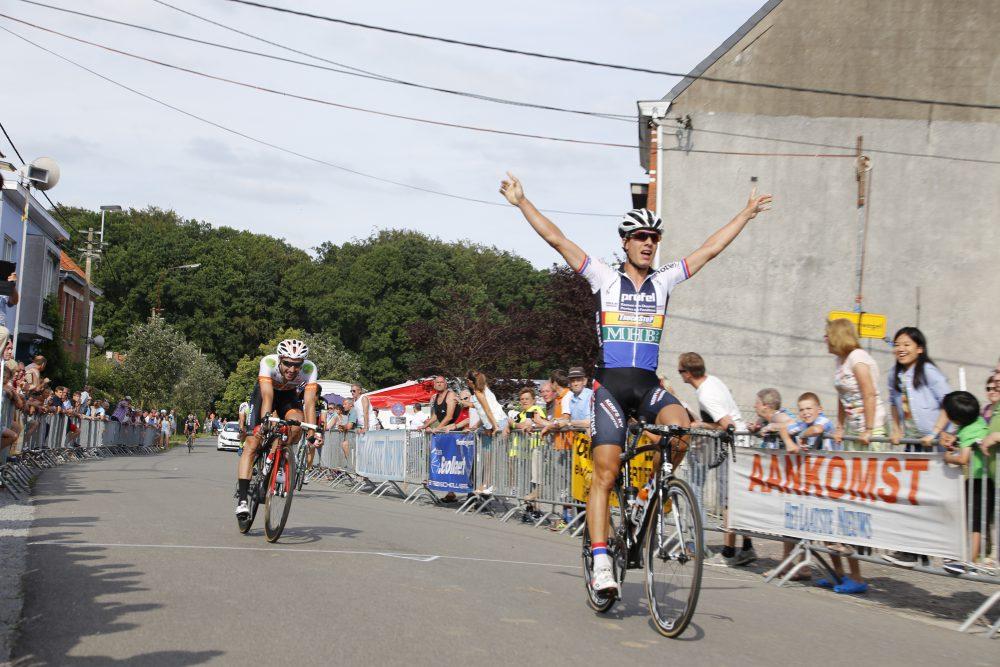 Ruben Van der Haeghen met de handen hoog aan de meet