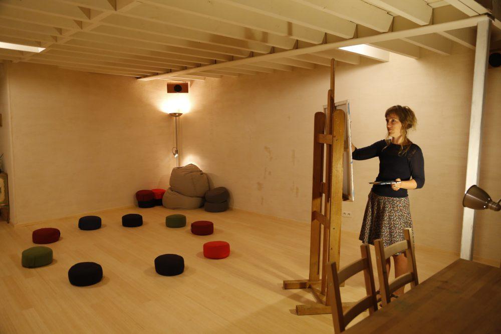 Ilse Makelberge in haar workshopruimte in de Aalmoezenijestraat