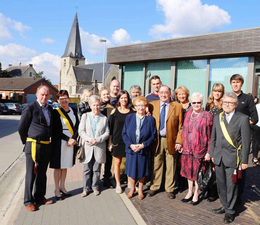 Frans en Simonna Bekaert-Van Vijle met familie, geflankeerd door schepenen Meuleman, De Groote en Verdonck