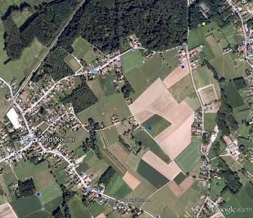 De blauwe stippen duiden de drie bunkers aan op deze foto van Google Earth (uit bunkergordel.be)